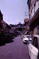 Photo Diapo Diapositive Slide Rue à Arcachon Panhard PL17 Citroën Ami 6 Avec PUB Sur Toit Austin Mini En 1968 VOIR ZOOM - Dias