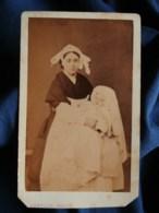 CDV Capelle à St Brieuc - Bébé Identifié (famille Legrenelle), Et Sa Bonne Bretonne, Coiffe Régionale, En 1876 L478 - Antiche (ante 1900)