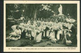 MADAGASCAR - Dentellières Chez Les Filles De La Charité De St Vincent De Paul A Fort Dauphin - Madagascar