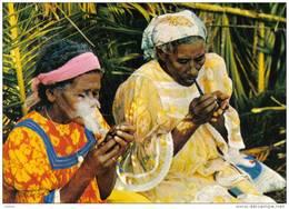 Carte Postale Nouvelle Calédonie île Des Pins  Femmes Fumant La Pipe Trés Beau Plan - Nueva Caledonia