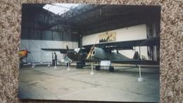 PHOTO AGFA DE 2 AVIONS DE L ARMEE MILITAIRES DANS UN HANGAR GUERRE - Aviation