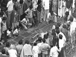 Photo Inde Calcutta Jeune Homme En Transe Devant Image De La Déesse Kali Attire Les Passants Photo Vivant Univers - Plaatsen