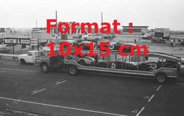 Reproduction D'une Photographie Ancienne D'un Camion Plateau Transportant Des Cobra Sur Un Parking - Reproductions