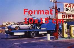Reproduction D'une Photographie Ancienne D'un Camion Plateau Transportant Des Cobra à Une Station Service - Reproductions