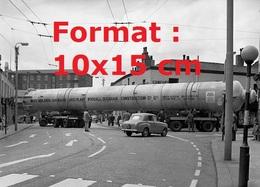 Reproduction Photographie Ancienne D'un Camion Plateau Transportant Une Très Longue Tour En Acier Coupant Une Rue 1962 - Reproductions
