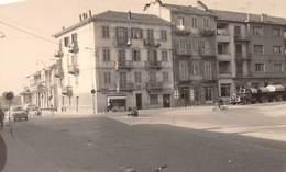 """08960 """"MONCALIERI - PIAZZA MARTIRI DELLA LIBERTA' - AUTOCISTERNA LANCIA"""" ANNI '50 DEL XX SECOLO - FOTO ORIGINALE - Lugares"""
