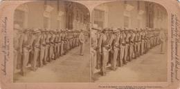 SV: Havana , CUBA , 1899 ; Last Of Spanish Army In Havana, Under Palace Colonnade - Kuba