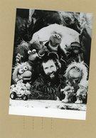 PHOTO PRESSE / JIM HENSON  Autour De Ses Marionnettes  FRAGGLE ROCK EN 1984 - Geïdentificeerde Personen