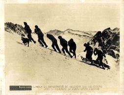 LE CATASTROPHE DU GALIBIER LES ÉCLAIREURS SKIEURS RAMENANT LE CORPS D'UNE VICTIME   20*15CM PHOTO PARIS SOIR - Lugares