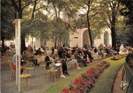 VICHY La Source De L Hopital Les Curistes Attendant L Heure De Leur Petit Verre D Eau 6(scan Recto-verso) MA1606 - Vichy