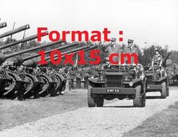 Reproduction D'une Photographie Ancienne Du Général De Gaulle Debout Dans Une Jeep Militaire Passant En Revue Des Chars - Reproductions