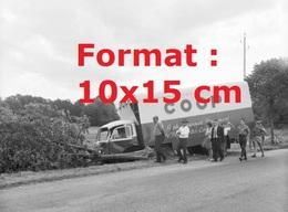 Reproduction D'une Photographie Ancienne D'un Camion COOP Accidenté Dans Le Fossé à Genève En 1962 - Reproductions