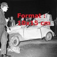 Reproduction D'une Photographie Ancienne D'une VW Coccinelle Accidentée Par L'impact Avec Un Camion En 1962 - Reproductions