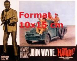 Reproduction D'une Photographie Ancienne De L'affiche Du Film Hatari Avec John Wayne En 1962 - Reproductions