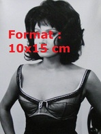 Reproduction D'une Photographie Ancienne D'un Portrait De Maria Grazia Buccella Avec Un Haut Décolleté En Dentelle - Reproductions