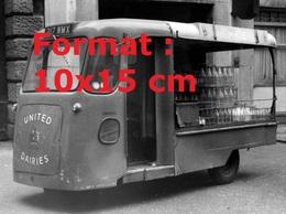 Reproduction D'une Photographie Ancienne D'un Véhicule électrique Livreur De Bouteille De Lait En 1962 - Reproductions