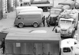 Reproduction D'une Photographie Ancienne De Camions Et Camionnettes Contrôlés Pendant La Guerre D'Algérie En 1962 - Reproductions