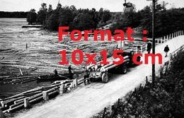 Reproduction D'une Photographie Ancienne D'un Camion Plateau Chargeant Des Troncs D'arbres En 1940 - Reproductions