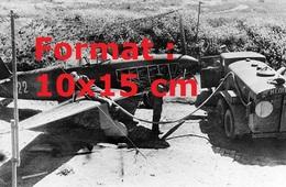 Reproduction D'une Photographie Ancienne Du Ravitaillement D'un Yakovlev Yak-9 Sur Le Terrain Pendant La Seconde Guerre - Reproductions