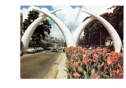 Cpm - Kenya - Tusks In Mombasa - Rue Voitures Défense D'éléphant - - Kenya