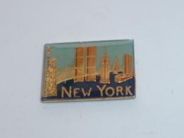 Pin's NEW YORK, STATUE DE LA LIBERTE ET MONUMENTS - Villes