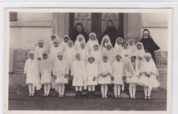 Premières Communiantes Dans Un Village De La Gruyère, Entourées De La Soeur Enseignante, Du Curé Et D'un Capucin - Christianisme