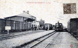 03  BOURBON L'ARCHAMBAULT  LA GARE AVEC TRAIN  (PIQURES DE ROUILLE) - Bourbon L'Archambault