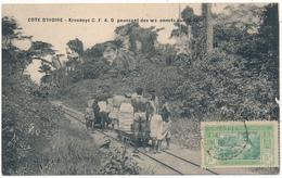COTE D'IVOIRE  - Krooboys C.F.A.O. Poussant Des Wagonnets Sur La Voie - Côte-d'Ivoire