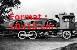 Reproduction D'une Photographie Ancienned'un Camion Plateau Transportant Une Sunbeam De 1000 Cv - Reproductions
