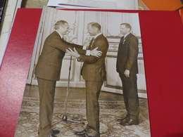 P-79 , Photo De Presse , Matignon, Jacques Chaban Delmas Décernant La Légion D'Honneur à Buzz Aldrin , Oct 1969 - Personalidades Famosas