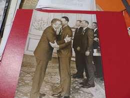 P-81 , Photo De Presse ,  Matignon,Chaban Delams Remettant  La Légion D'Honneur à Michael COLLINS, 1969 - Personalidades Famosas