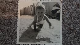 PHOTO ENFANT RAMPANT DANS LE SABLE PLAGE DE RIVA BELLA 14 BERTRAND 1963 16 MOIS    FORMAT 9 PAR 9  CM - Personnes Identifiées
