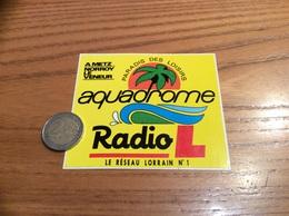 AUTOCOLLANT, Sticker *** «PARADIS DES LOISIRS - Aquadrome - Radio L LE RÉSEAU LORRAIN N°1 - METZ (57)» (PARC) - Pegatinas