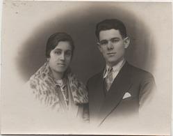 Fotografia Cm. 8,7 X 11,1 Con Coppia Di Sposi. Retro: Luvigliano (Torreglia, Padova) 15.01.1930 - Personnes Anonymes