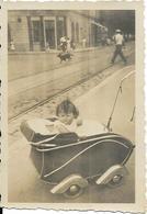 ENFANT DANS SA POUSSETTE ANCIENNE.....POUSSETTE 1900.........9X6 - Anonymous Persons
