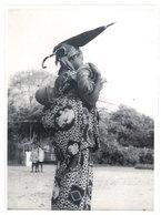 Photo Afrique 12,8 X 17,8 Cms, AEF, Moyen Congo - Brazzaville - Jeune Femme Bacongo ( & Son Enfant, Parapluie ) - Afrique