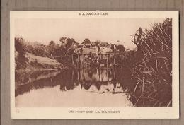 CPA MADAGASCAR - On Pont Sur La MAROMBY - TB PLAN Cours D'eau - Petite Animation + Village Derrière - Madagascar
