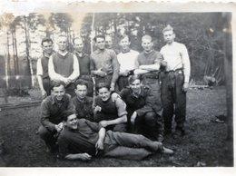 Photo De Soldats Francais Posant Au STALAG  IV A 14 En 39-45 ( Voir Tampon Scan Arrière ) - Guerre, Militaire