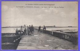 Carte Postale 50. Saint-Vaast-la-Hougue   Pêcheurs à Pieds Sur La Jetée Et Au Loin L'île Tatihou  Très Beau Plan - Saint Vaast La Hougue