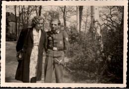 ! Kleines Foto, 2. Weltkrieg, Wehrmacht, Dolch, Dagger, Militaria, MILITAIRE, Uniform, Soldat, Format 6 X 9 Cm - Blankwaffen