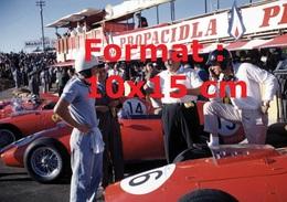 Reproduction D'une Photographie De Pilotes Sur Ferrari En Stand Lors Du Grand Prix De Monsanto En 1959 - Reproductions