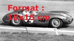 Reproduction D'une Photographie Du Pilote Stirling Moss Dans Sa Voiture De Course N°2 En 1950 - Reproductions