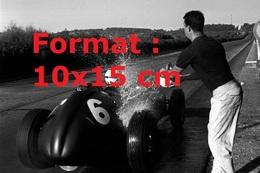 Reproduction D'une Photographie D'un Homme Arrosant Le Moteur En Surchauffe D'une BRM P25 Au Grand Prix Du Portugal 1959 - Reproductions