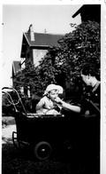L - PHOTO ORIGINALE FORMAT 11 X 6.8 - ENFANT DANS UNE POUSSETTE - Persone Anonimi