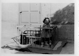 L - PHOTO ORIGINALE FORMAT 10.8 X 7.8 - ENFANT DANS UN PARC - Persone Anonimi