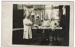 Carte Photo 1922 - Etal De Boucher - Boucherie - Découpe De Viande - Tête De Cochon - 2 Scans - Magasins