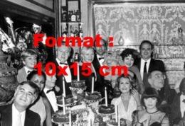Reproduction D'une Photographie De Line Renaud Entourée De Dalida, Mireille Mathieu, Yves Mourousi Et D'autres Artistes - Reproductions