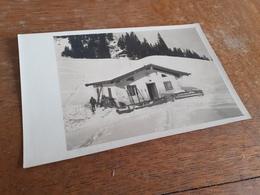 LENGGRIES - BAD TOELZ - OBERBAYERN - JOS: WEISS - MANN BEI ALPHUETTE MIT SKIERN - WINTER AUF DER ALM - 20/30er - Orte