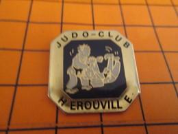 420 Pin's Pins / Belle Qualité & Rare / THEME SPORTS ; BAGARRE EN PYJAMA JUDO-CLUB HEROUVILLE - Judo