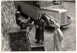 Photo Originale En Vue Plongée Sur Autocar Mercedes-Benz O 3500 & Couple De Motards Au Pied D'une Statue Vers 1950 - Automobiles